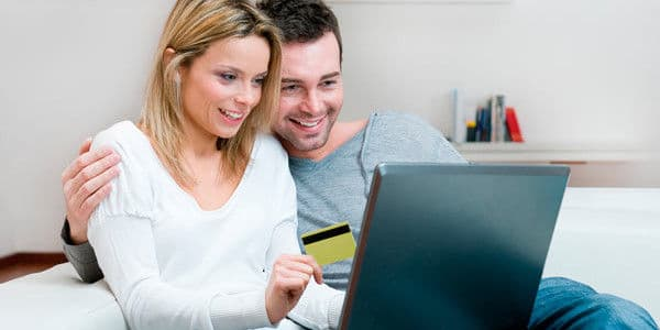 זוג מול מחשב ייעוץ עסקי