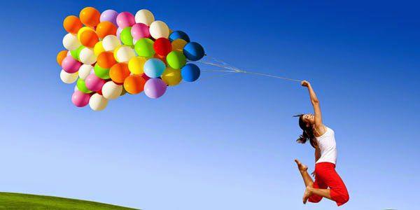 אישה קופצת עם בלונים